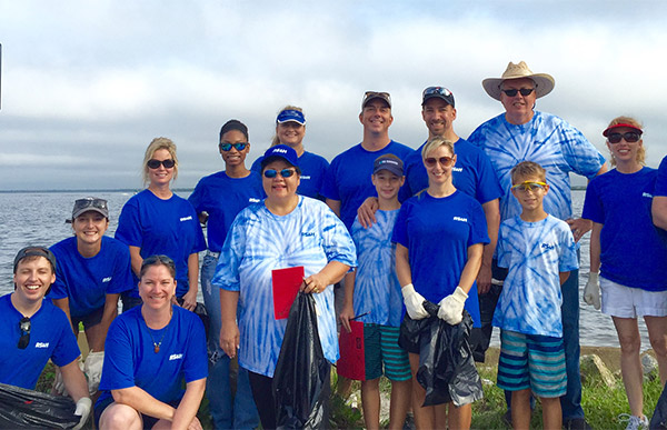 RS&H associates volunteering to clean up beach.